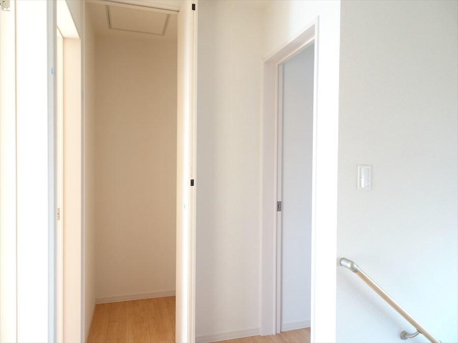 2階の廊下収納。季節ものなど、普段使いしない物の置き場として☆