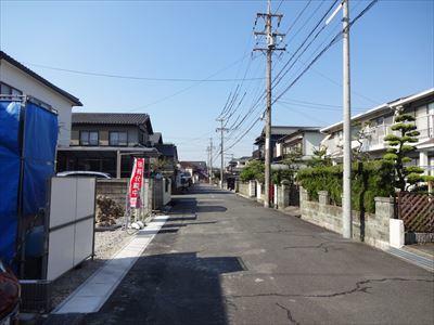 広めの前面道路。住宅街なので、駐車も安心してできますね。