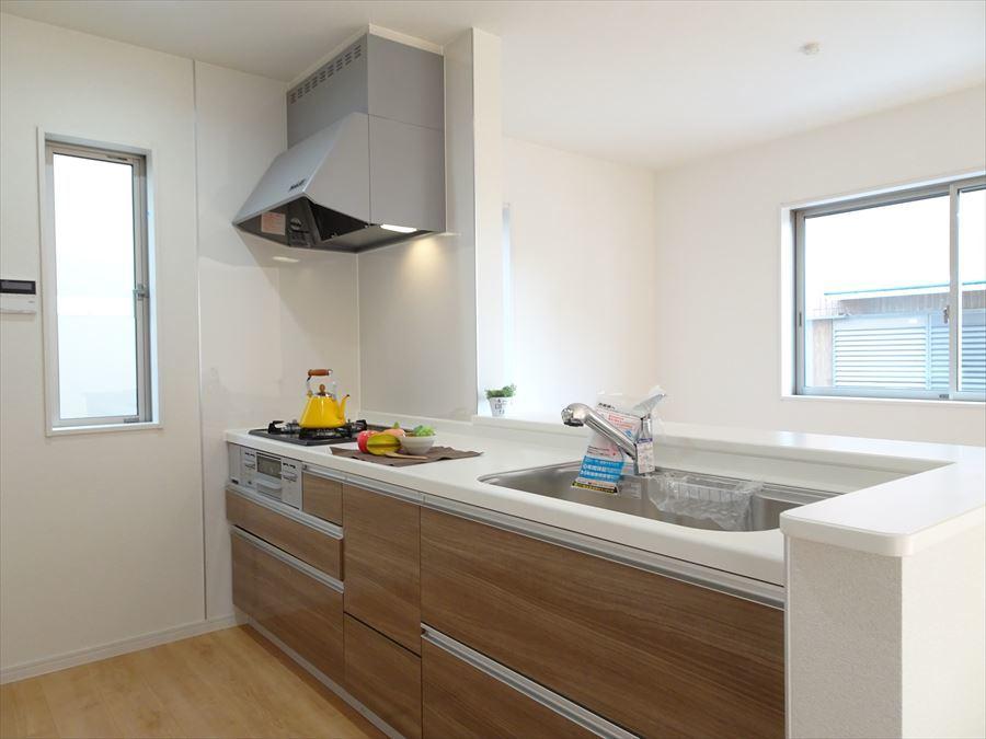 対面式のシステムキッチン♪後ろには食器棚をしっかり置ける広さです。収納充実しているのでお料理がはかどります☆