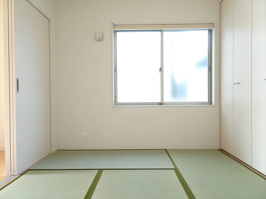 4.5帖のリビング横の和室です。廊下からも出入りできるので便利です。