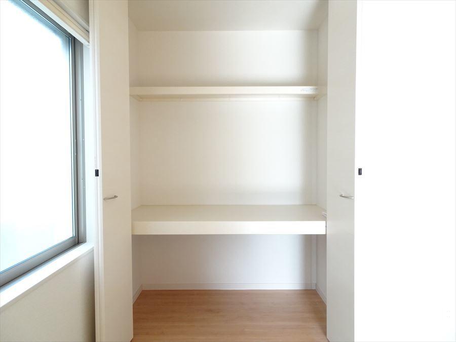 和室の収納は、奥行きのある押入れタイプ。 かさばるお布団などもしっかり片付きます!
