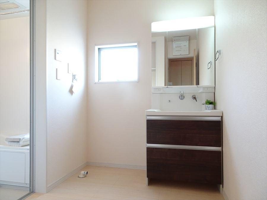 洗面室は、窓があるので明るく換気も出来ます! 鏡の後ろが収納になっているシャンプードレッサーです。