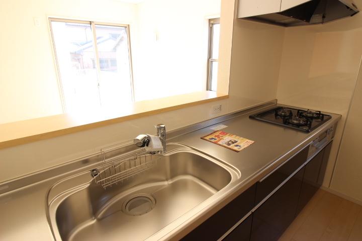 ご家族を近くに感じられる対面キッチン シックな色調でおしゃれなシステムキッチンです
