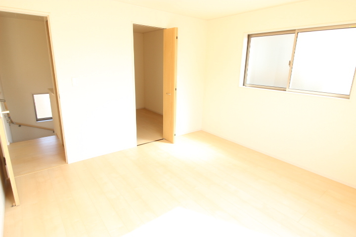 2階 8畳洋室 バルコニーに出入りができる 陽光が降り注ぐ居室です たっぷり収納できる納戸があります