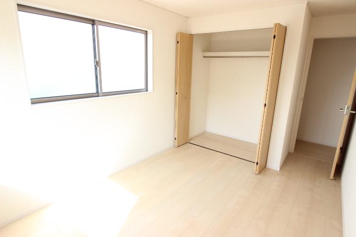 2階 6.5畳洋室 クローゼットの備わった居室です 子供部屋として使用してもいいですね