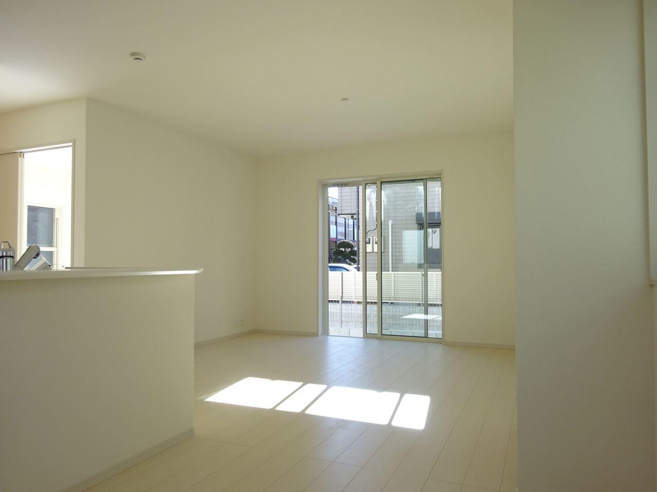 リビング、人気のホワイト色を基調。清潔感溢れるすっきりと気持ちの良い空間。窓から差し込む暖かな光でほっとする気持ちになれそうですね♪