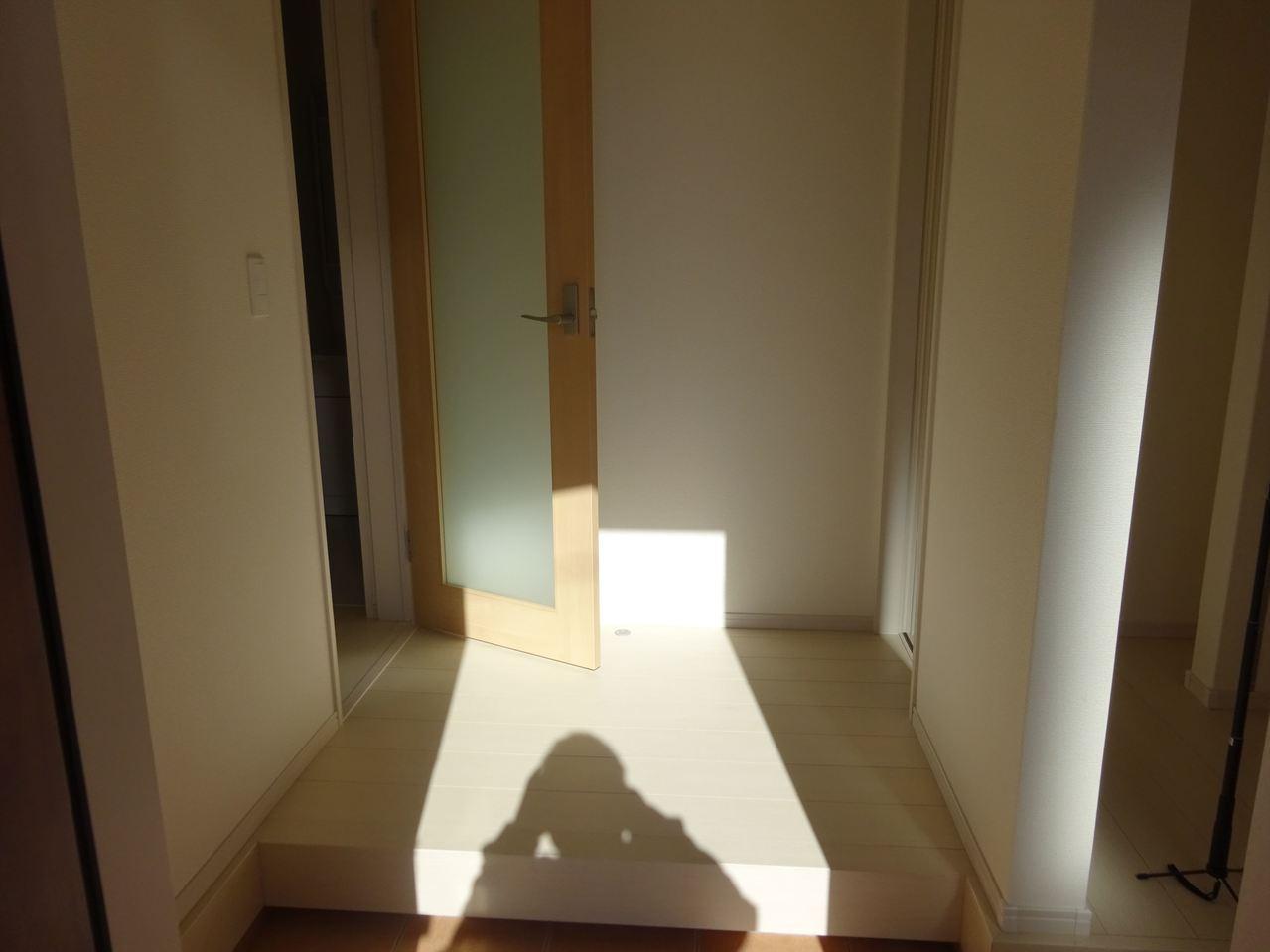 いってきます♪ただいま♪明るい声が聞こえてきそうな玄関。白色がとても清潔感のある造りです♪