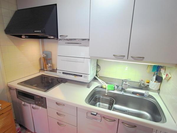 白を基調にした明るいシステムキッチン。お掃除もしやすいIHのコンロです!