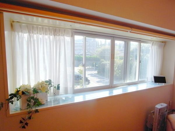 出窓からは心地よい光が入ります。 東側の窓のため朝は特に気持ちよく過ごせます。