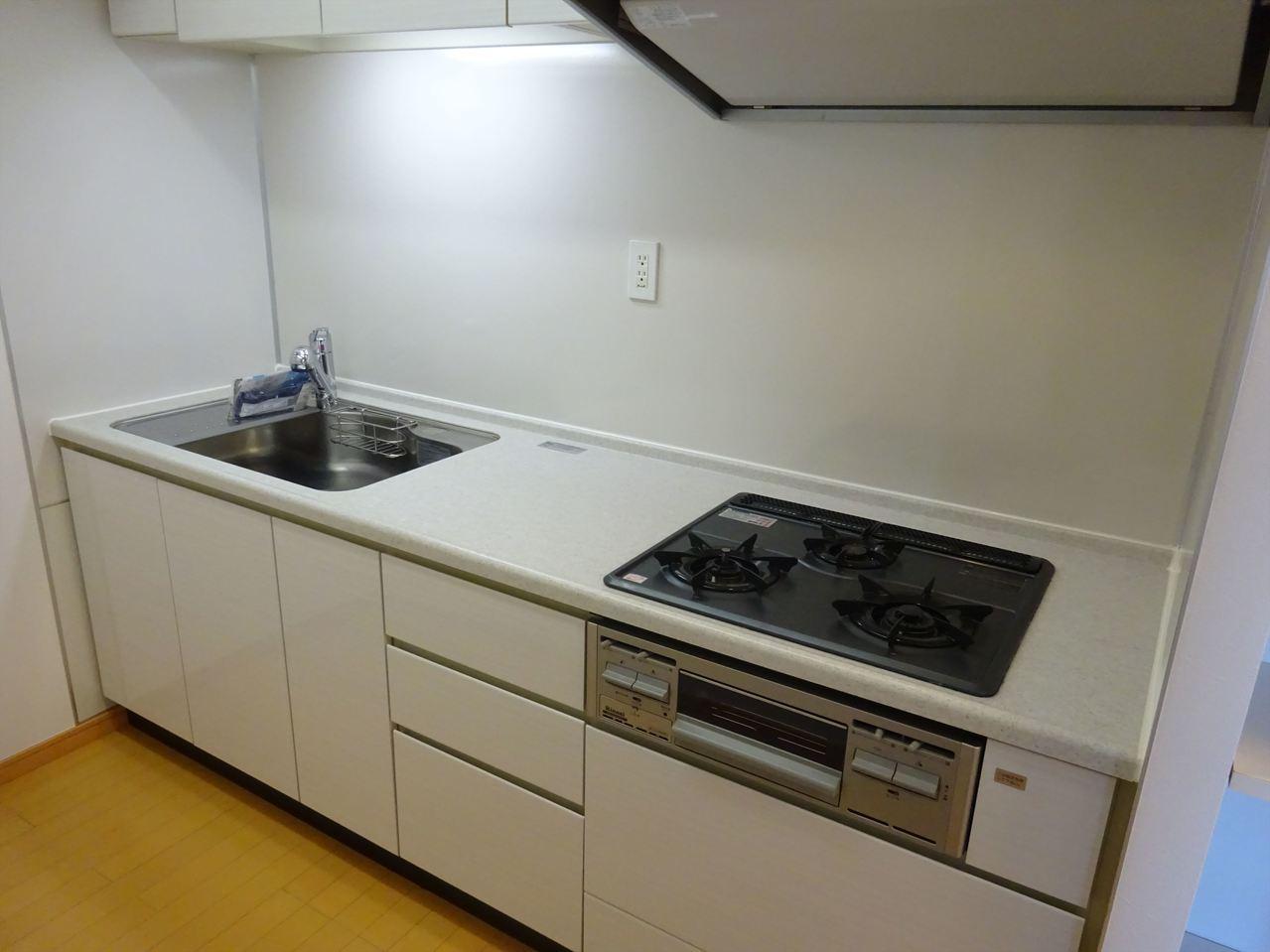 オシャレで使い心地の良いシステムキッチン!白色がキレイ☆☆お料理タイムがうきうきタイム♪♪