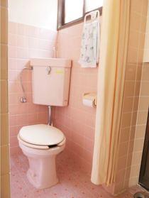 こちらも可愛いピンクのトイレです♪綺麗に使われているので清潔感があります