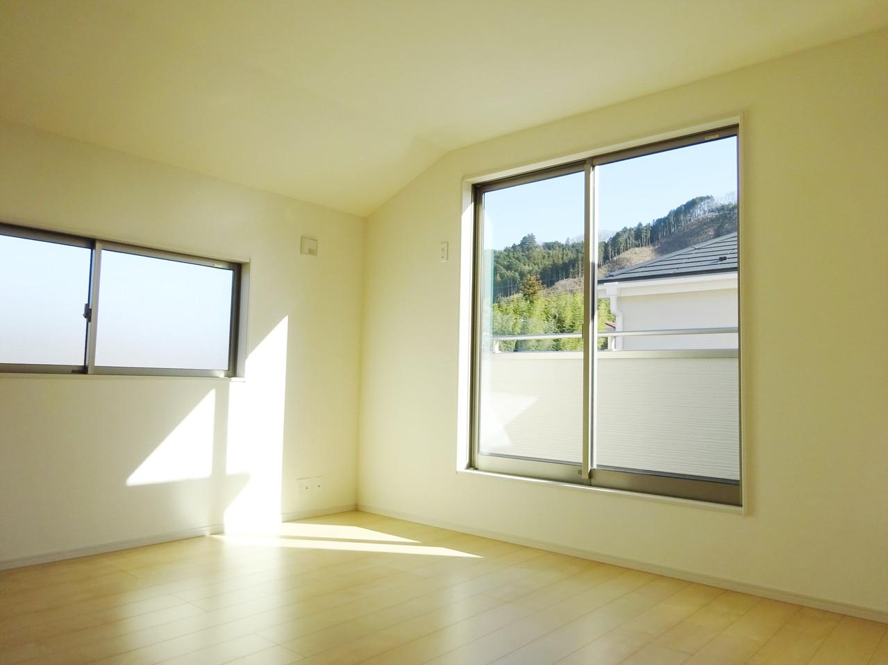 洋室、採光が優しい。小窓があるお部屋はとても開放的で明るい気分になれそうです。