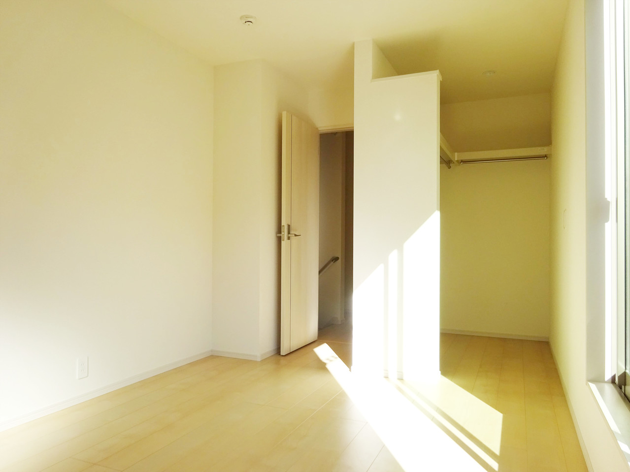 2階の洋室、収納力が自慢です。女性に嬉しいウォークインクローゼットあります。