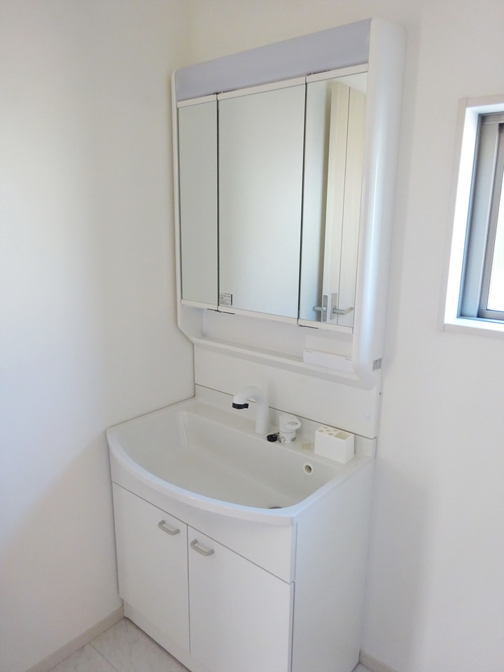 独立洗面台。収納力もばっちり。毎日お使いになる洗面所は、明るく清潔感のあるスペースです!