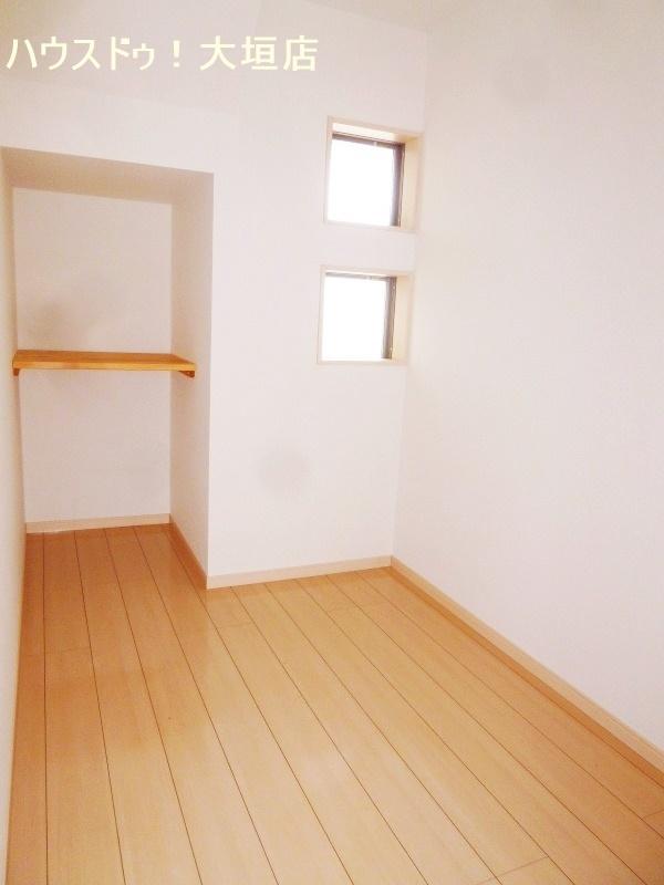 ウォークインクローゼット以外にも納戸が備わり収納豊富なお家です。