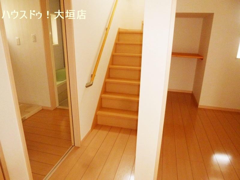 玄関近くの納戸は大きな物やストック収納に便利です。
