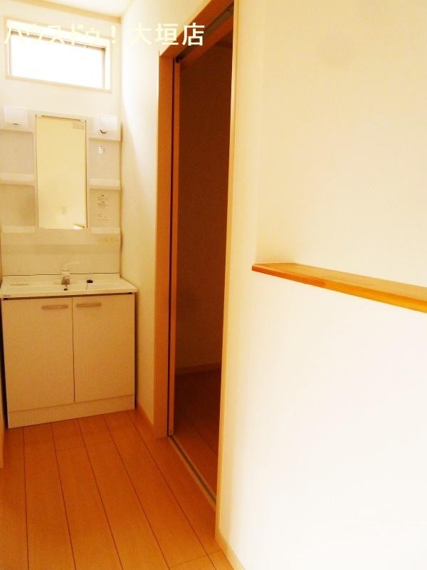 2階にも洗面台があるので就寝時の支度にも便利です。