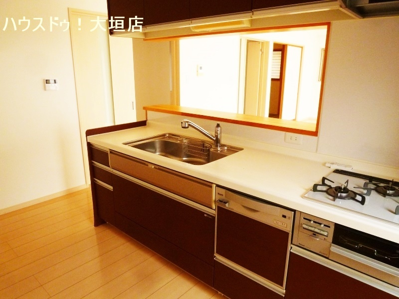カウンターキッチンで出来上がったお料理をカウンターへ。作業スペースも確保できます。