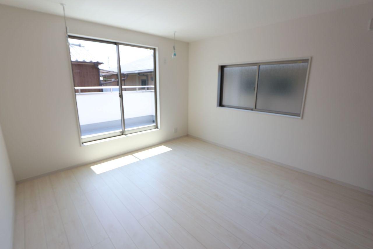 2階洋室は全てフローリング貼でお掃除楽々です。 2面採光で明るさも確保しております。 (同社施工例)