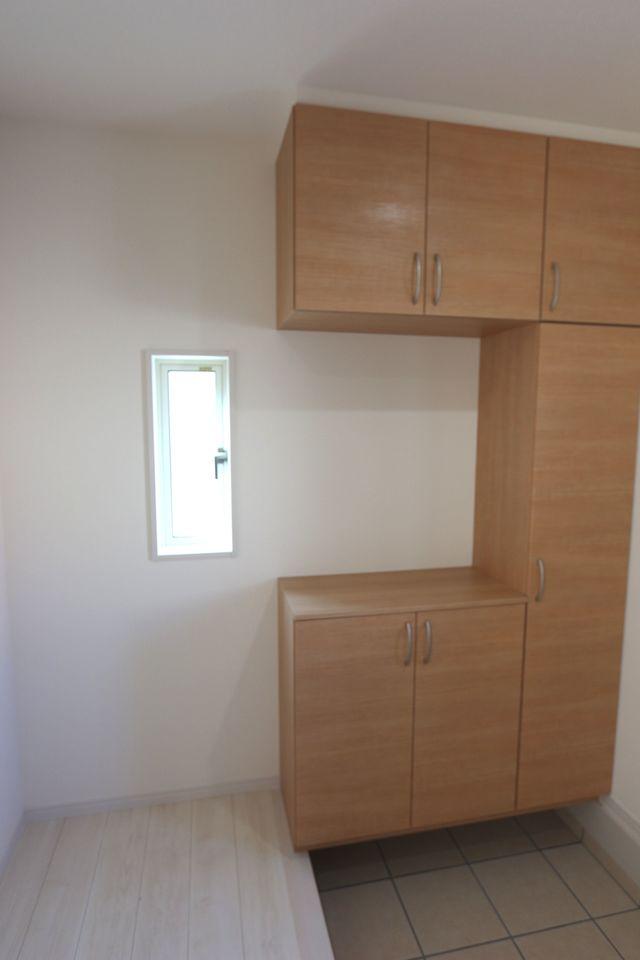 玄関には大容量のシューズボックスを設置しました。 散らかりがちな場所の整理に大活躍です (同社施工例)