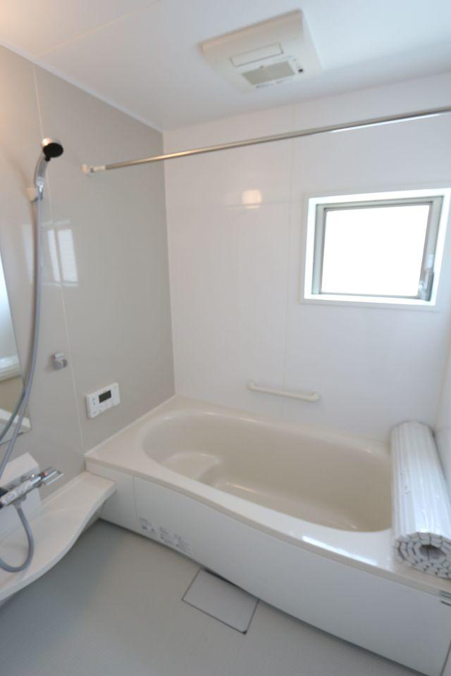 1坪サイズのゆったりした浴室で足を伸ばしておくつろぎ下さい♪ 浴室乾燥機付きで雨の日のお洗濯も安心です。 (同社施工例)