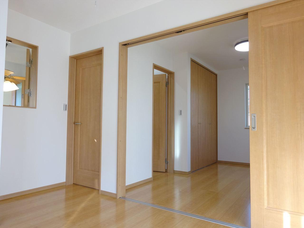 洋室、採光が優しい。 小窓があるお部屋はとても開放的で明るい気分になれそうです。