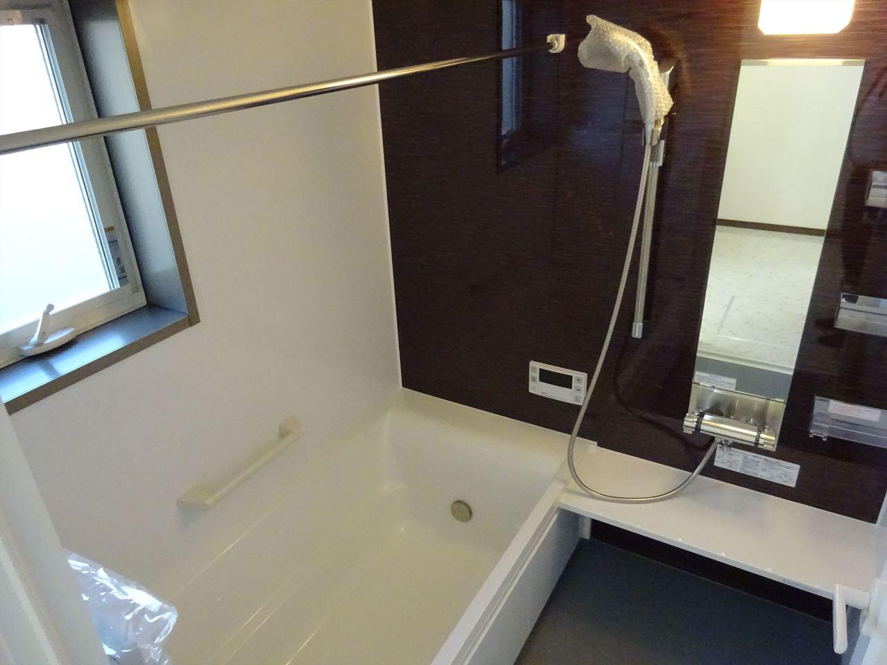 落ち着いた雰囲気の浴室はリラックスするバスタイムにはピッタリ!物を置くスペースも充実していますので、バスグッズを置いてリラックスタイムを過ごしてみては(^^)