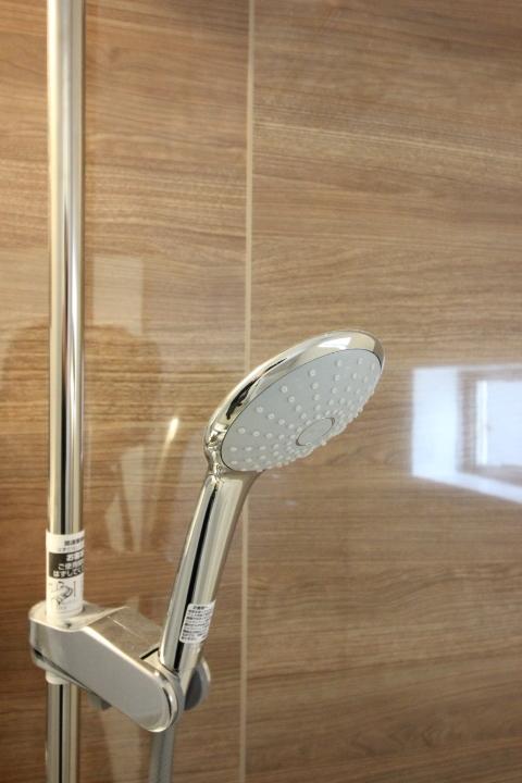 シャワーヘッドの高さを調節出来ます。