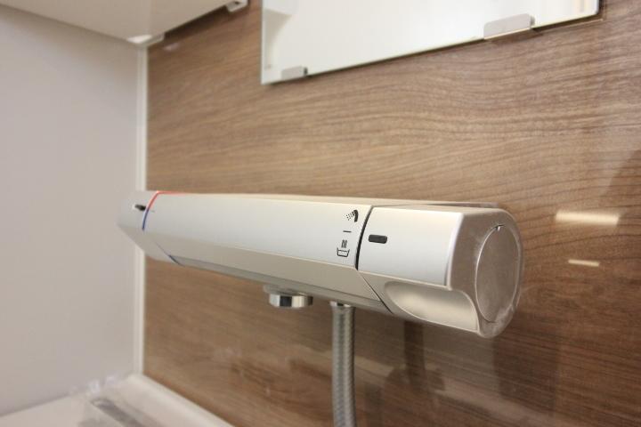 システムバスルーム シャワー水栓 洗練されたデザインです。