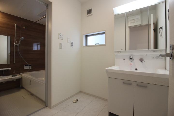 洗髪もできるシャンプードレッサーの隣は洗濯機スペースがあります。
