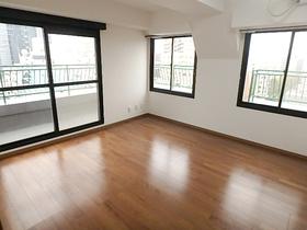 【外観写真】 東南角部屋! 8帖の洋室は二面採光で明るい室内です。