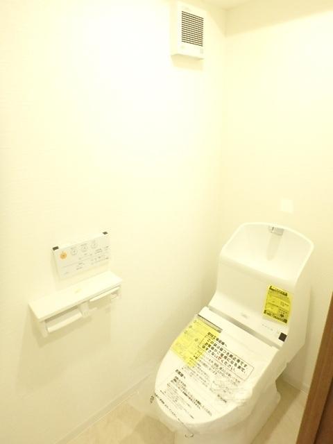 ウォシュレット機能付きのトイレ 清潔感のある白で統一されています。