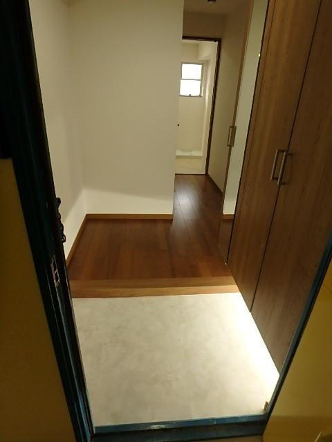 スッキリした玄関 足元のライトで暗くなりがちな玄関を明るく照らします。