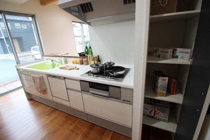 キッチンには収納スペースがあります。食器、キッチン用品、食品などを収納するのに便利ですね