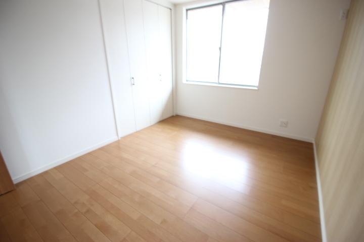 2階 7.26畳洋室 明るい空間です。整理整頓に便利な収納がついています