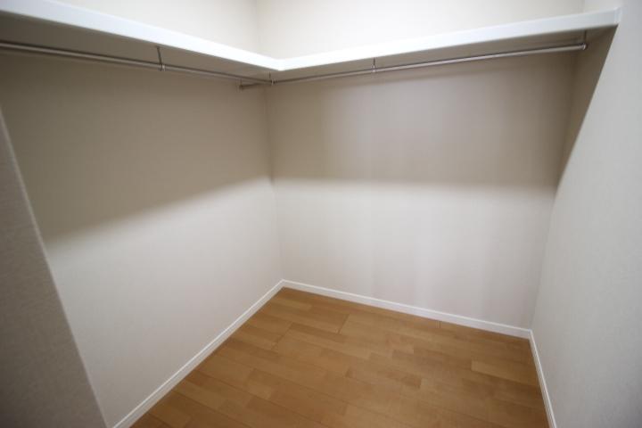 2階 10.28畳のウォークインクローゼットには使い勝手の良いハンガーポールと棚が備え付けです。