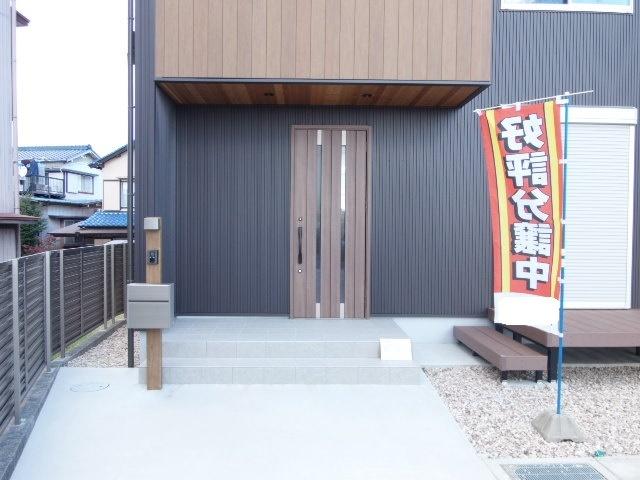 木目調のドアが印象的なエントランス