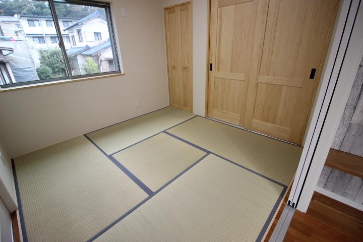 玄関側とリビング側から出入りができる和室です 客間として 家事スペースとして キッズスペースとして マルチに使える便利な空間です