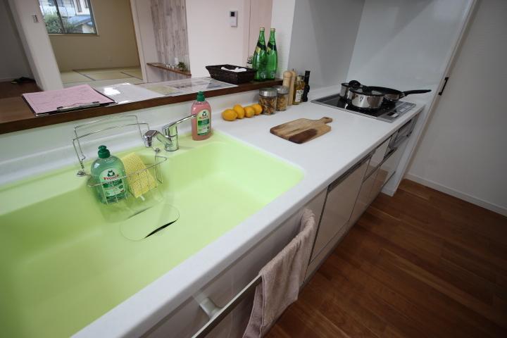 ゆったりとしたシンクはフライパンやお鍋もらくに洗えます
