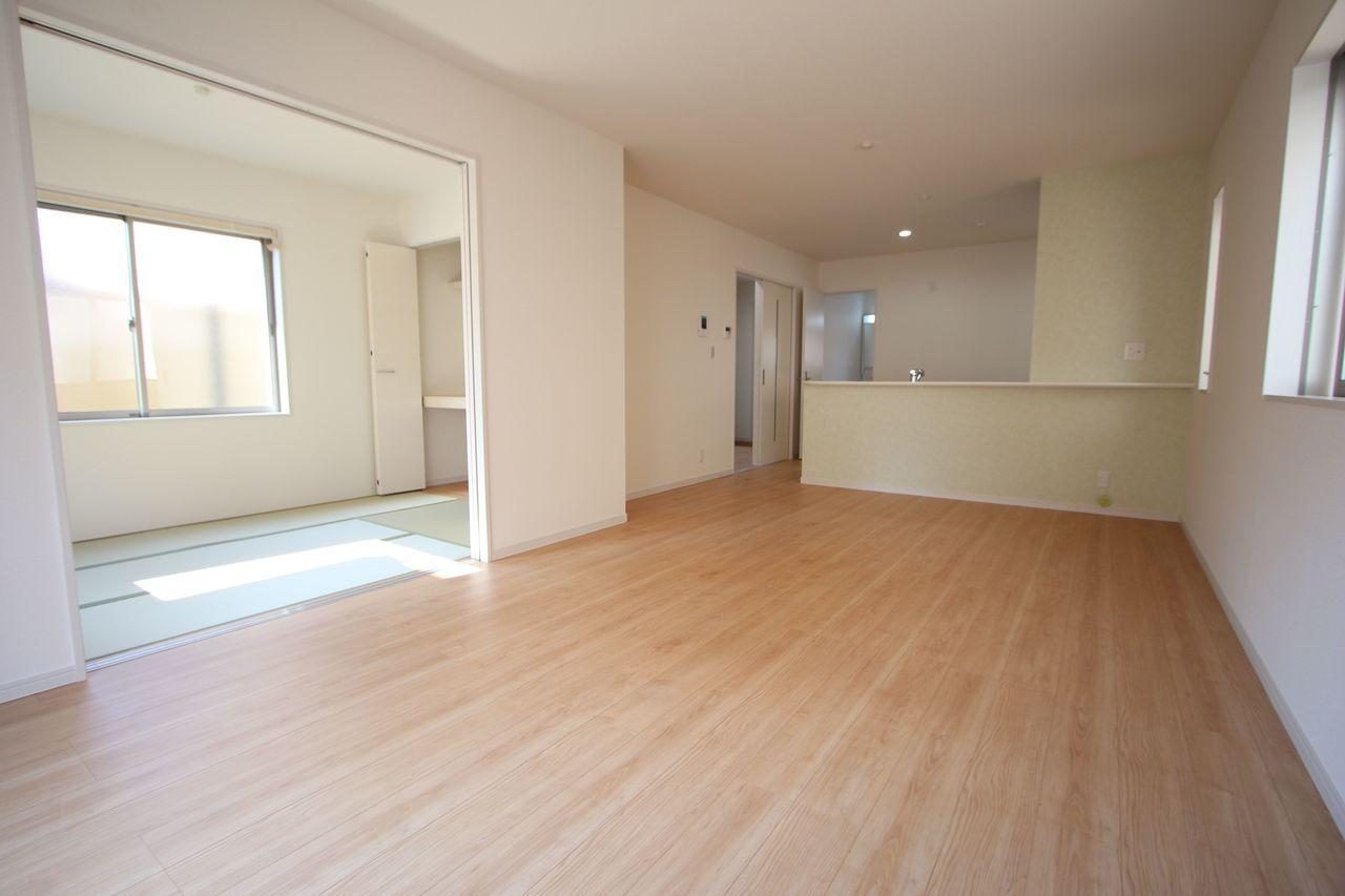 17帖のLDKはご家族の会話がはずむ カウンターキッチンを採用しました。 和室を合わせると22帖の大きなお部屋です。