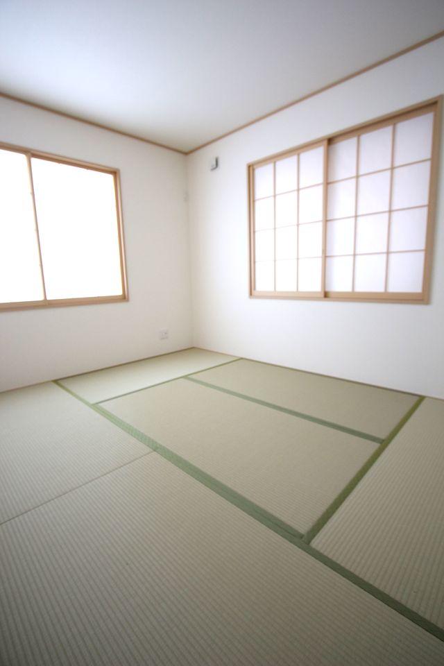 リビングと離れておりますので、寝室にぴったりのお部屋です。 2面採光で明るさを確保しました。