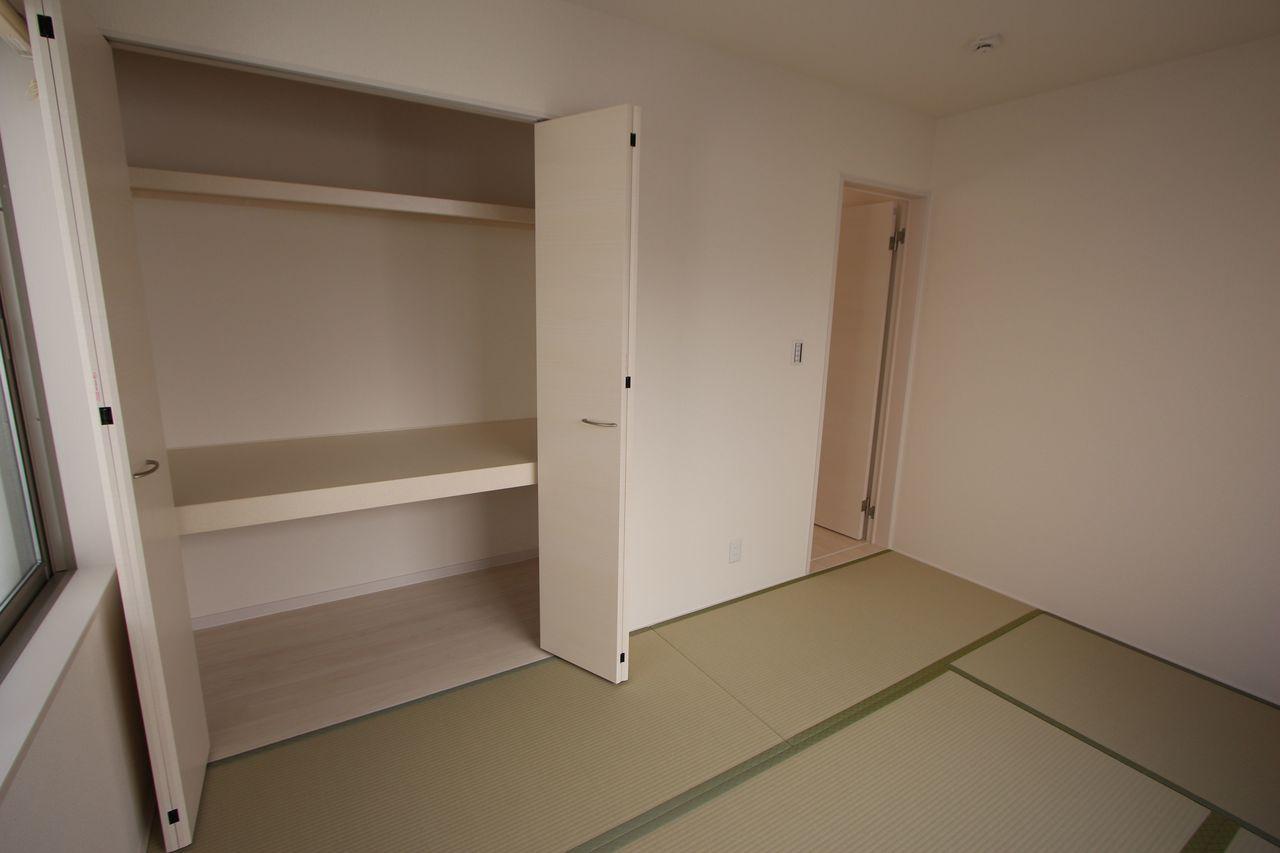 押入れのある和室は寝室や客間として 大変便利にご利用頂けます。 クローゼットタイプの押入れはふすまの貼替の手間も無く、 お手入れ楽々です
