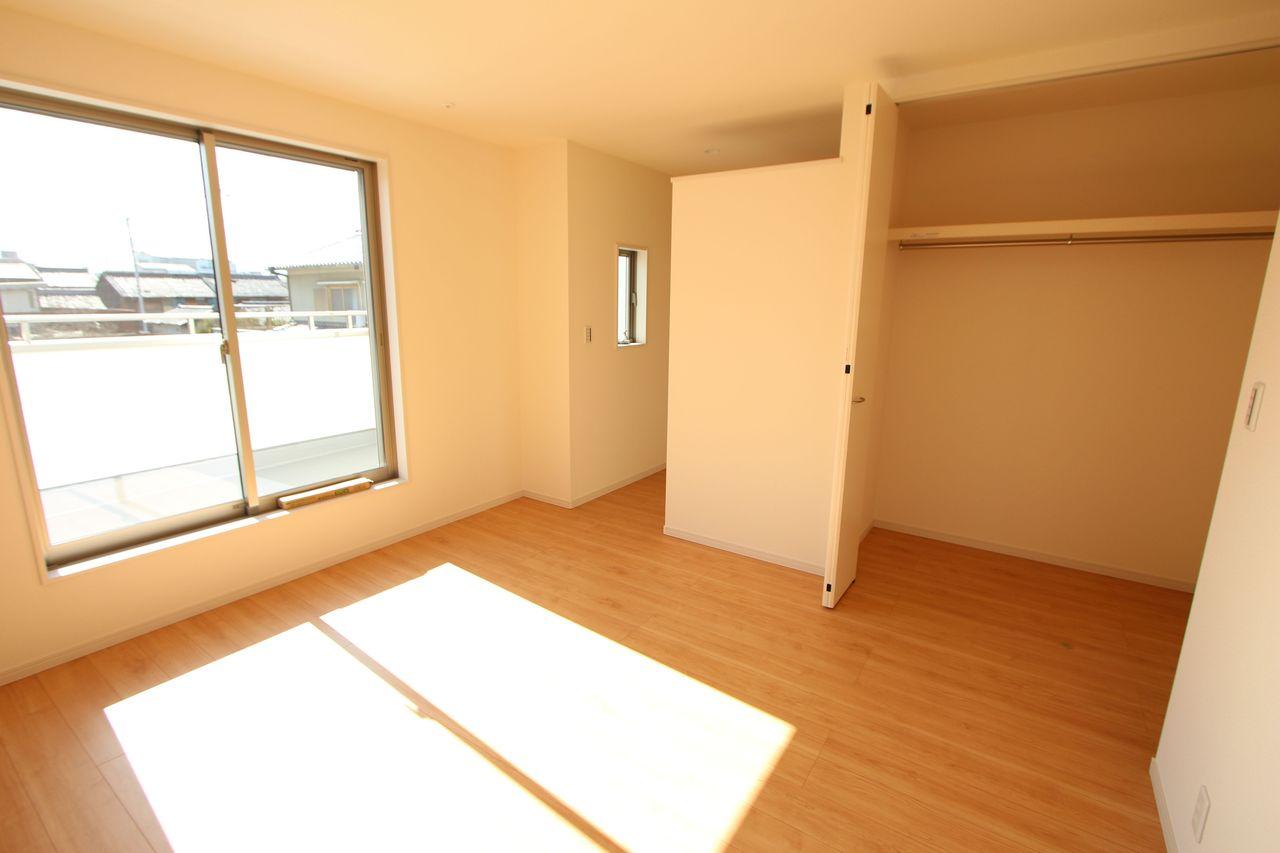 8.25帖洋室は1帖大の収納とウォークインクローゼットを設置。 主寝室にぴったりのお部屋です。
