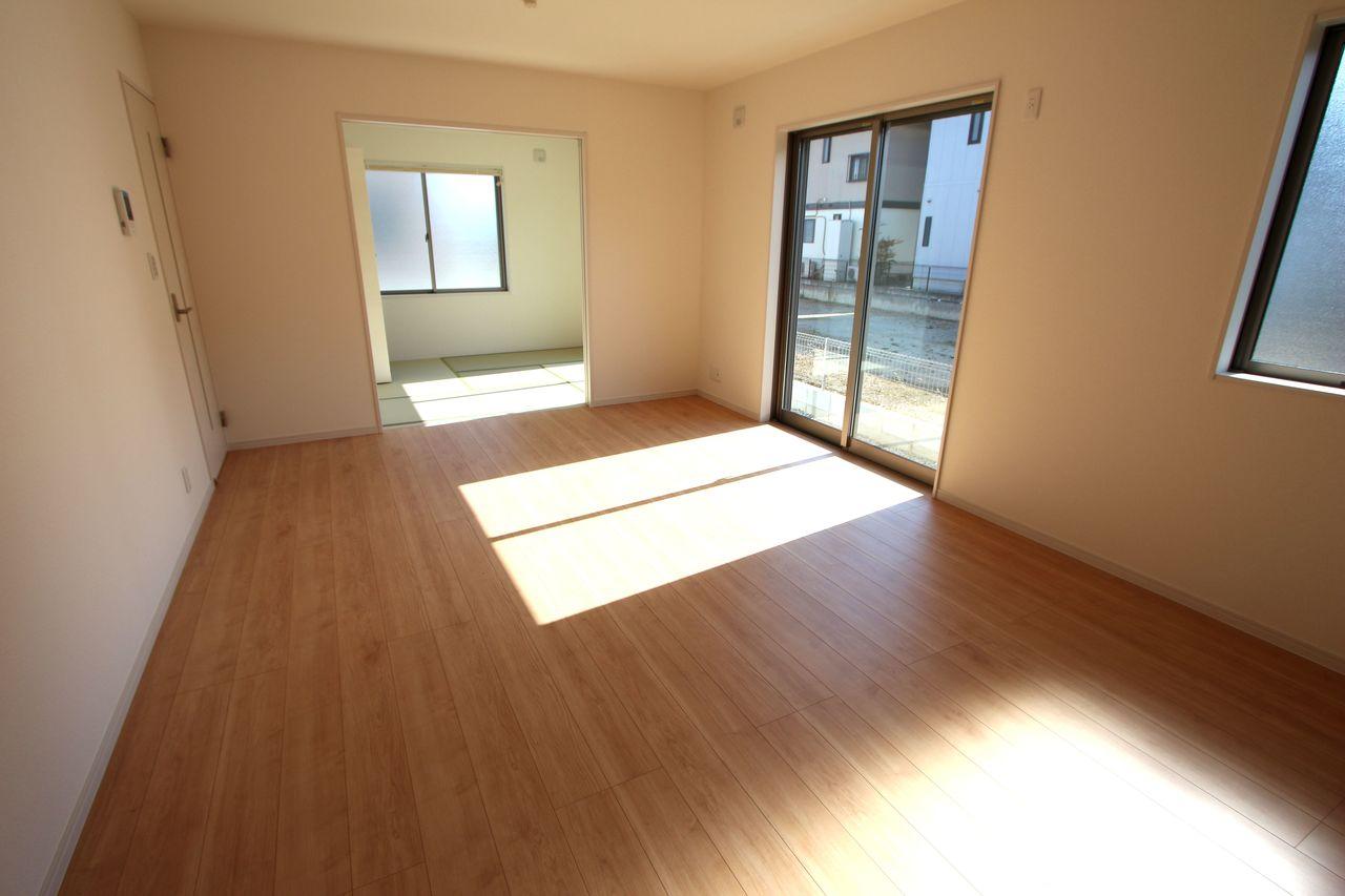 和室と合わせて20.5帖の大きな空間です。 お客様が大勢いらしても、ゆったりおくつろぎ頂けます。 南向きの明るいお部屋です!