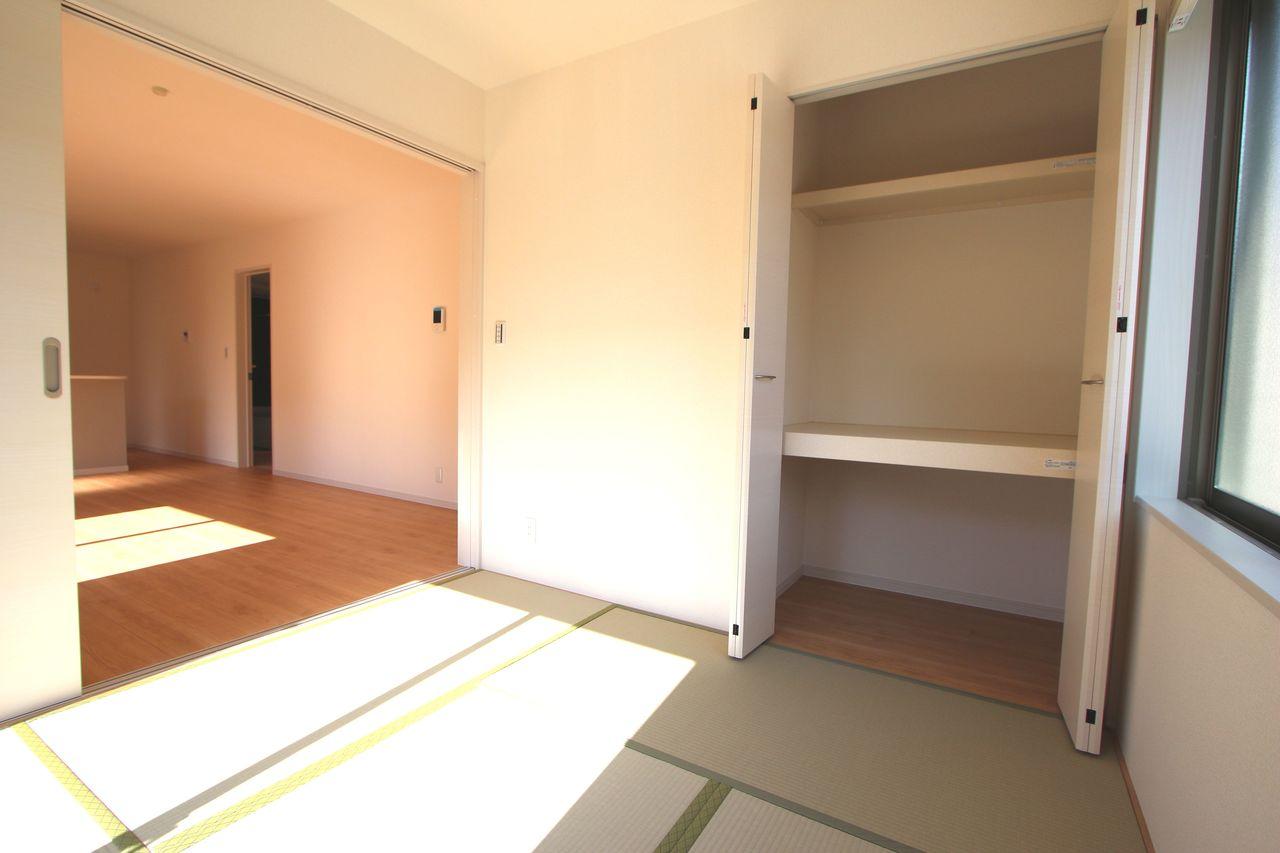 リビングに続く和室は大変開放的です。 2面採光で明るさも確保しております。 押入れがあり寝室や客間として便利にご利用頂けます