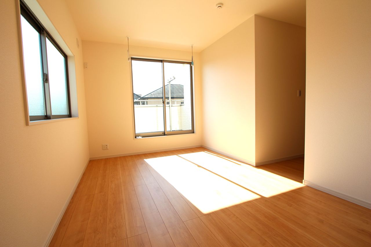 2階洋室は全てフローリング貼でお掃除楽々です。 全室南向きの明るいお部屋♪