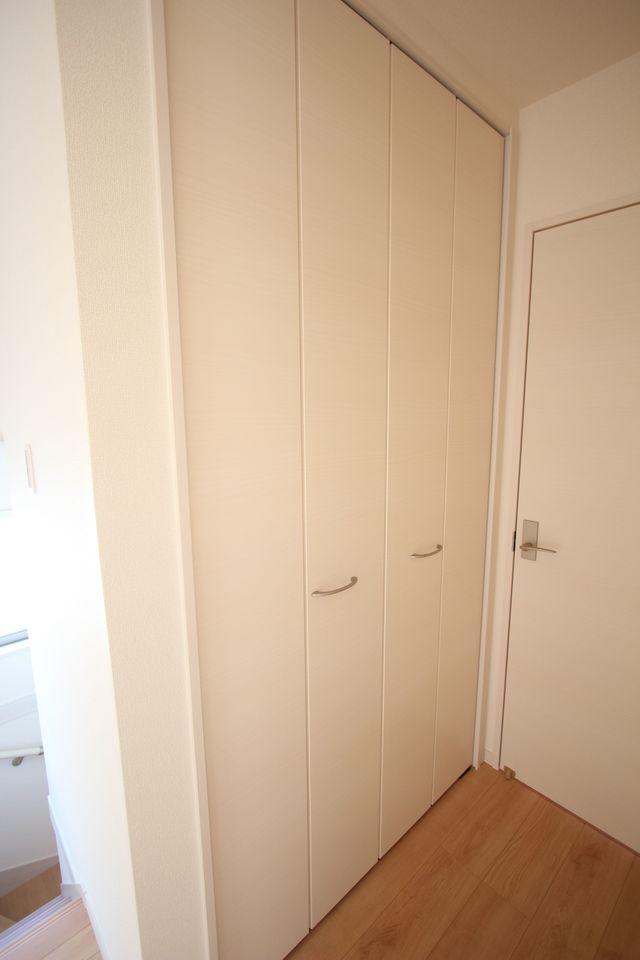 2階廊下にも収納を設置しました。 約1帖のひろさがあり、背の高い物でもスッキリおさまります。