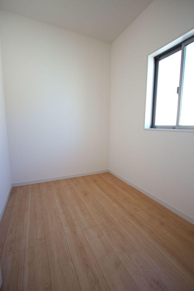 2階には納戸がございます。 窓もあり、換気に役立ちます。 ひな人形や季節の衣類等の定位置にいかがですか?