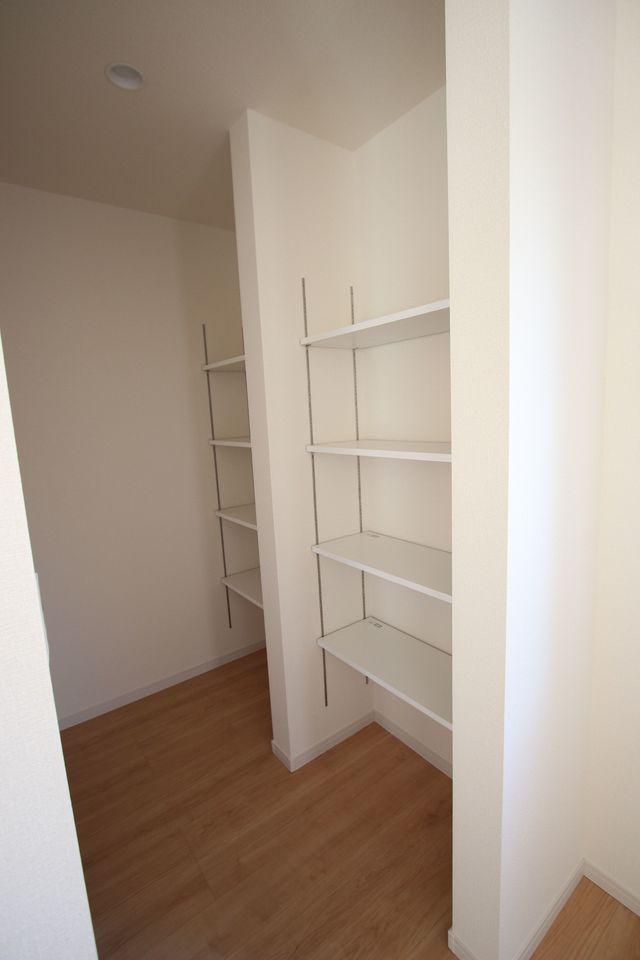 大容量のパントリーを設置。 これだけのスペースがあればキッチンが散らかる心配はありません!
