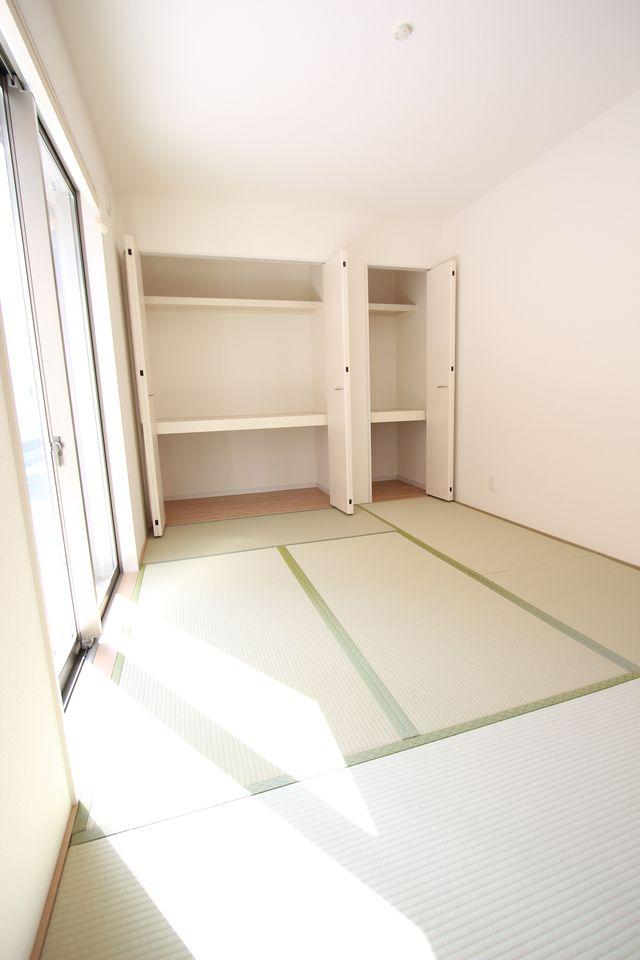 壁一面に押入れを設置。 寝室や客間として大変便利にご利用頂けます。